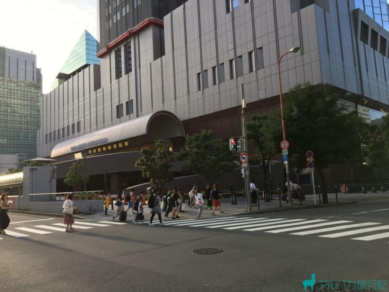梅田芸術劇場横の横断歩道を渡ります