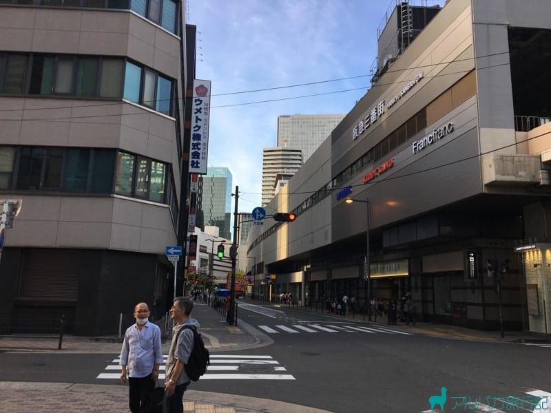右前方に阪急三番街の建物が見えてくる