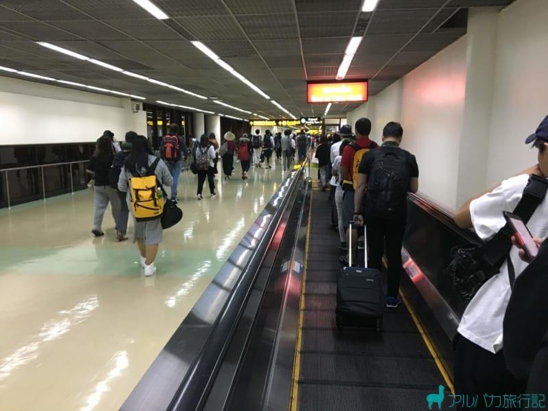 ドンムアン空港の動く歩道。GRABは入国審査後に呼ぶので,早めに通過することが大切。