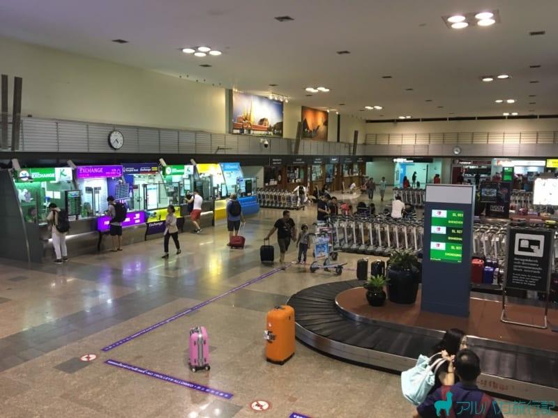 ドンムアン空港の両替所が右手に見える。