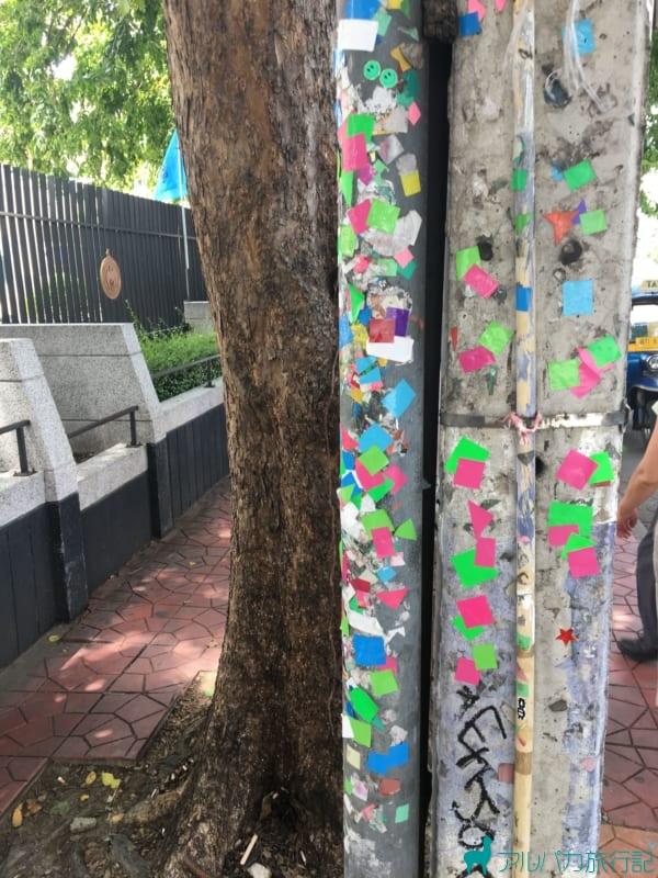 ツアー客の胸にカラーシールが降車場所の柱にたくさん貼ってあった