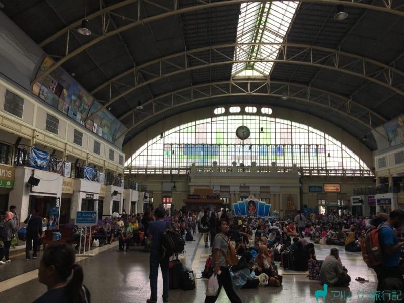 ファランポーン駅の時計を見るとすれば,左後ろの方にトイレがある。