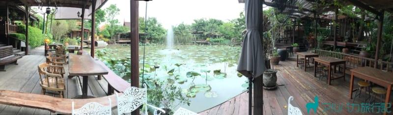 店の中に池があり,それを囲むようにテーブルが配置されている