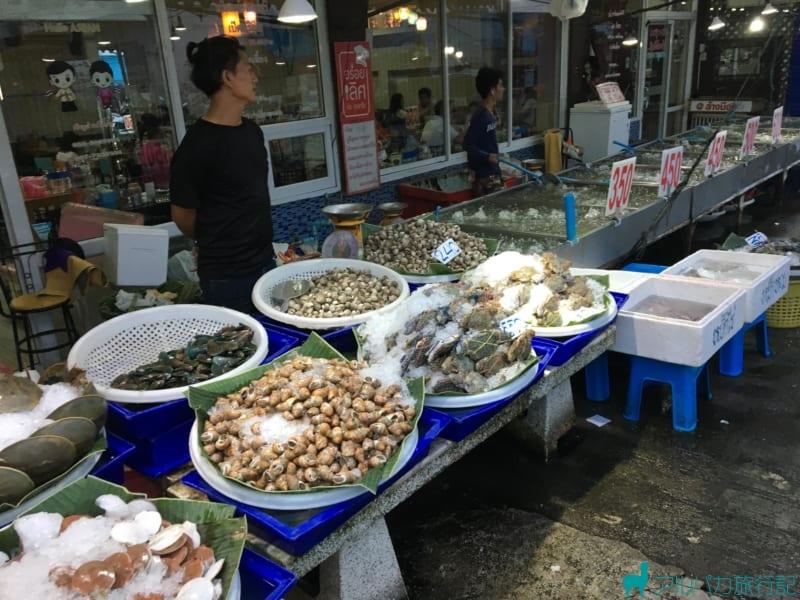 貝やホタテ,カニなども売っている。エビセンターと言えどもエビだけではないようだ。