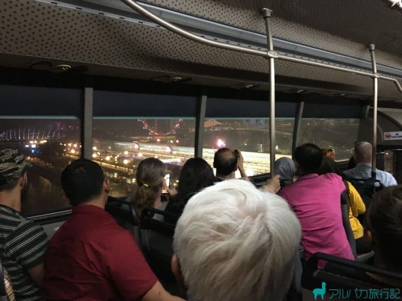 バスの左側の窓からはシンガポールの綺麗な夜景が見える