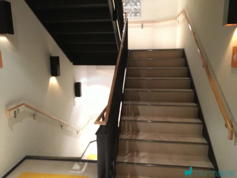 2Fと4Fには階段で移動する